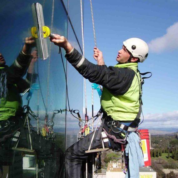 Каковы основные преимущества канатного доступа? Для выполнения каких работ следует привлекать промышленных альпинистов?